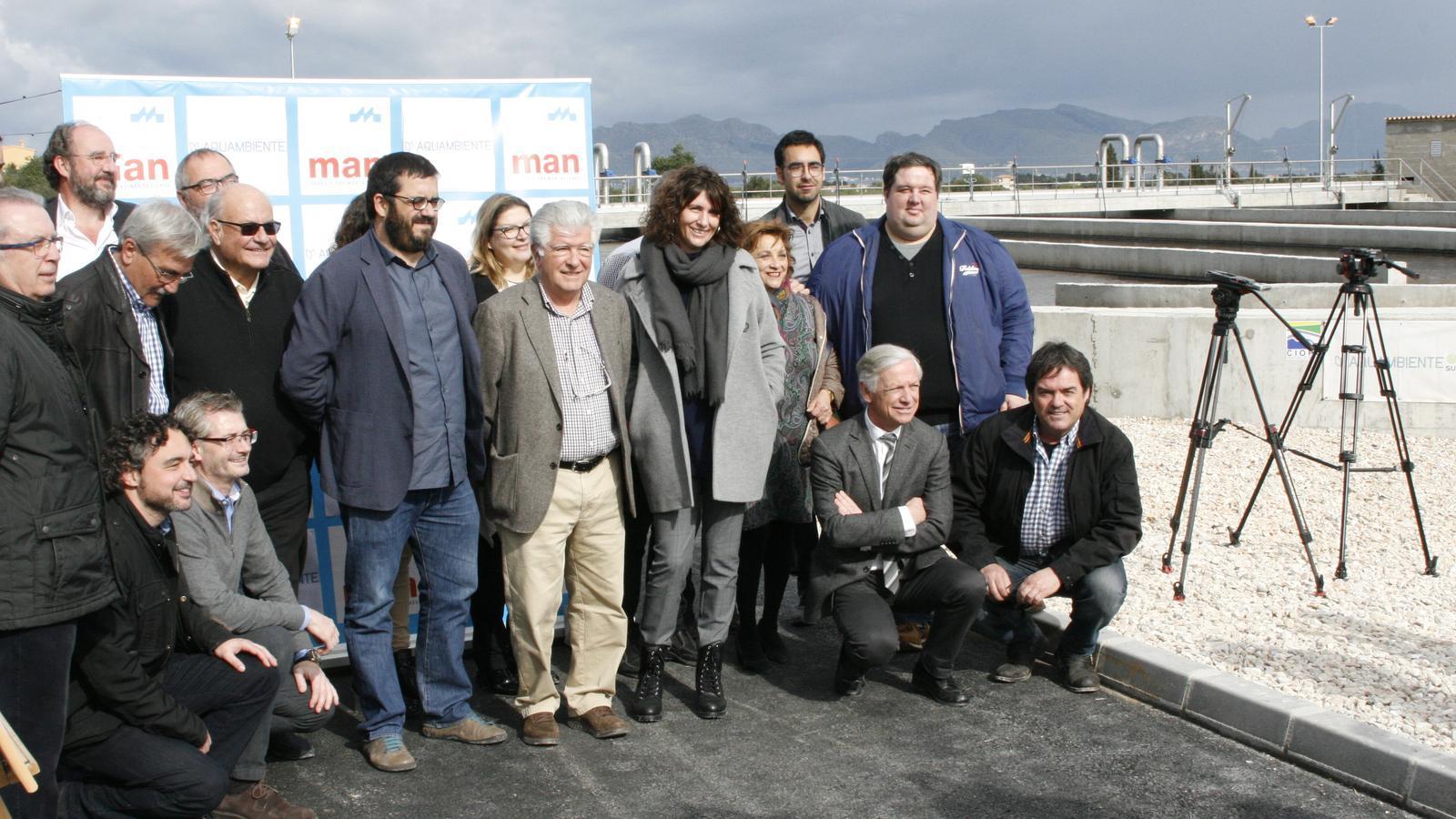 Grup de tècnics i polítics que han treballat en la millora del sanejament a la zona d'Alcúdia.