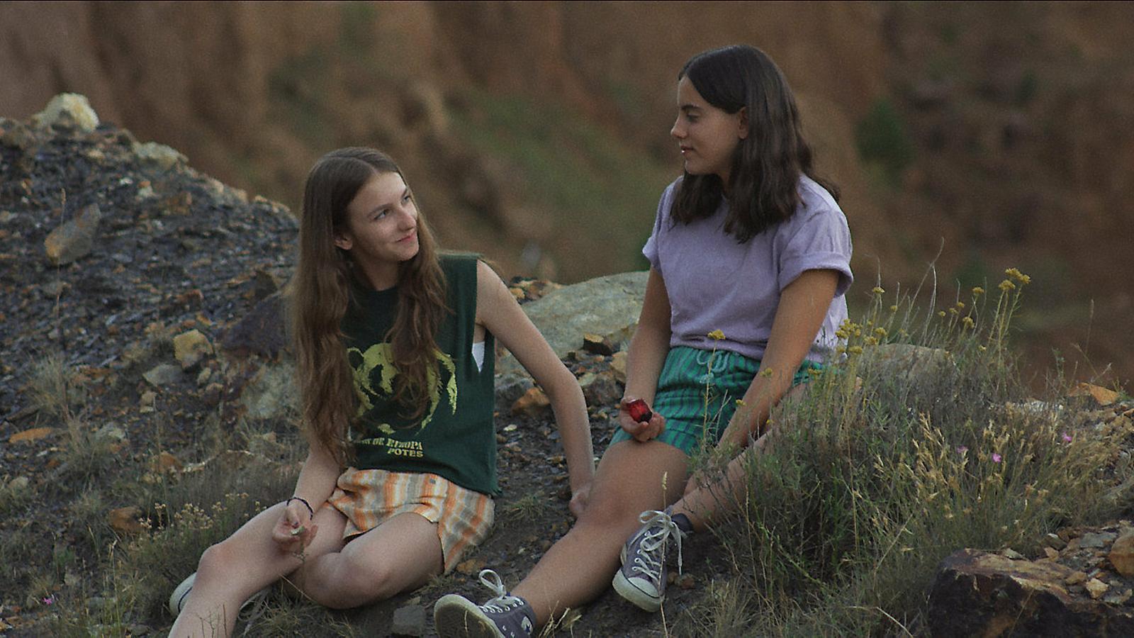 Alba Alcaine i Julia Lallana en un dels fotogrames d'Ojos Negros.
