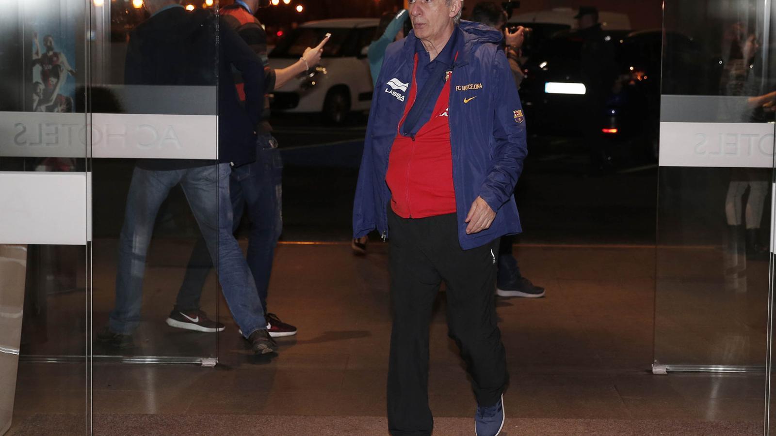 Svetislav Pesic, entrenador del Barça Lassa, va rebre un cop a l'espatlla abans de viatjar a Las Palmas.