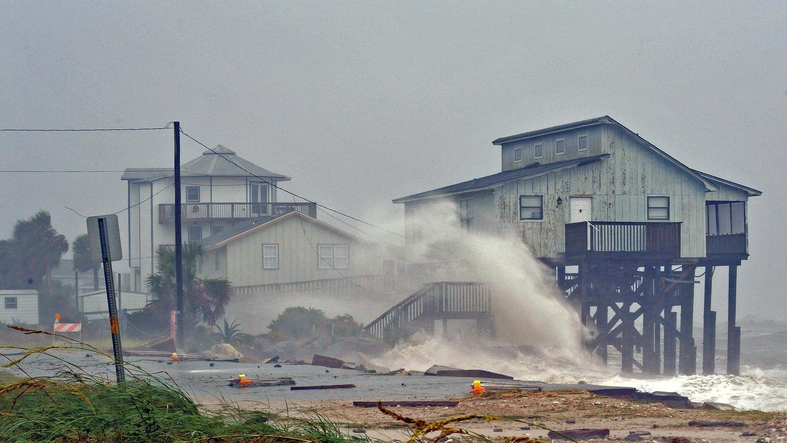 Onades gegants entren a terra en un punt de la costa de Florida.