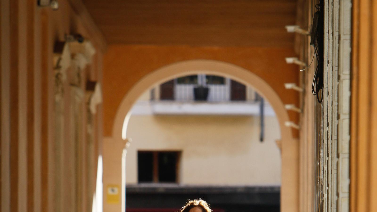 La presidenta del Govern, Francina Armengol, portant una mascareta de camí al Parlament
