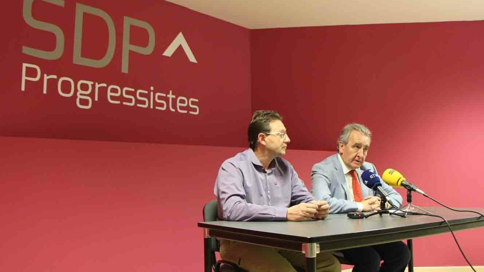 El president de Progressistes-SDP, Jaume Bartumeu, amb el conseller lauredià, Josep Lluís Donsión, durant la roda de premsa de la formació d'aquest dimarts. / M. P.