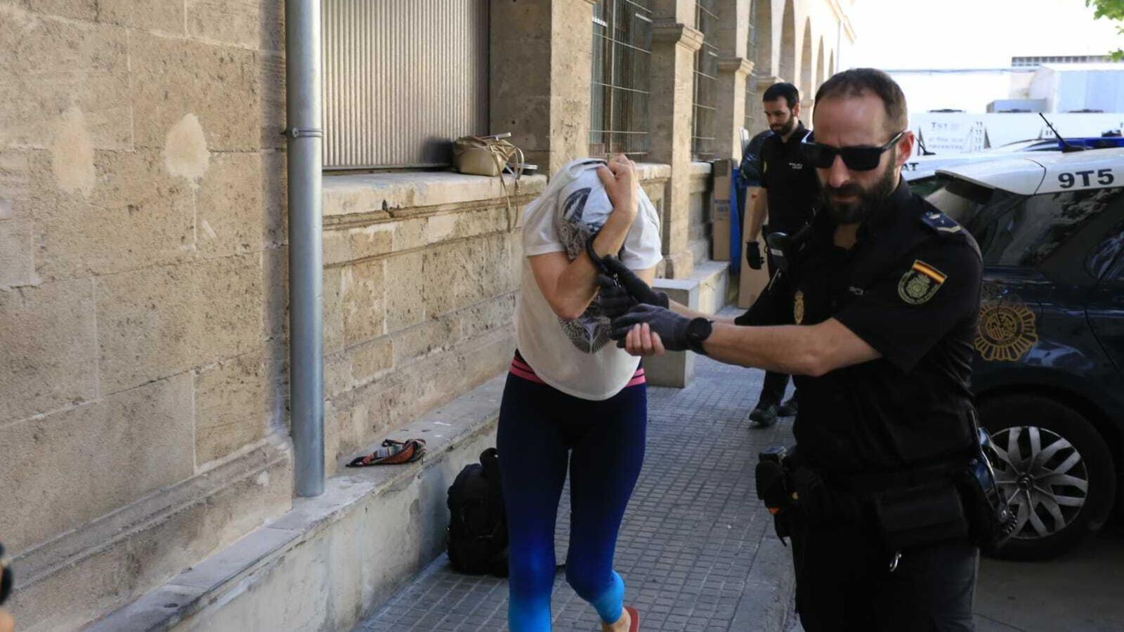 Imatge de l'acusada de camí als jutjats