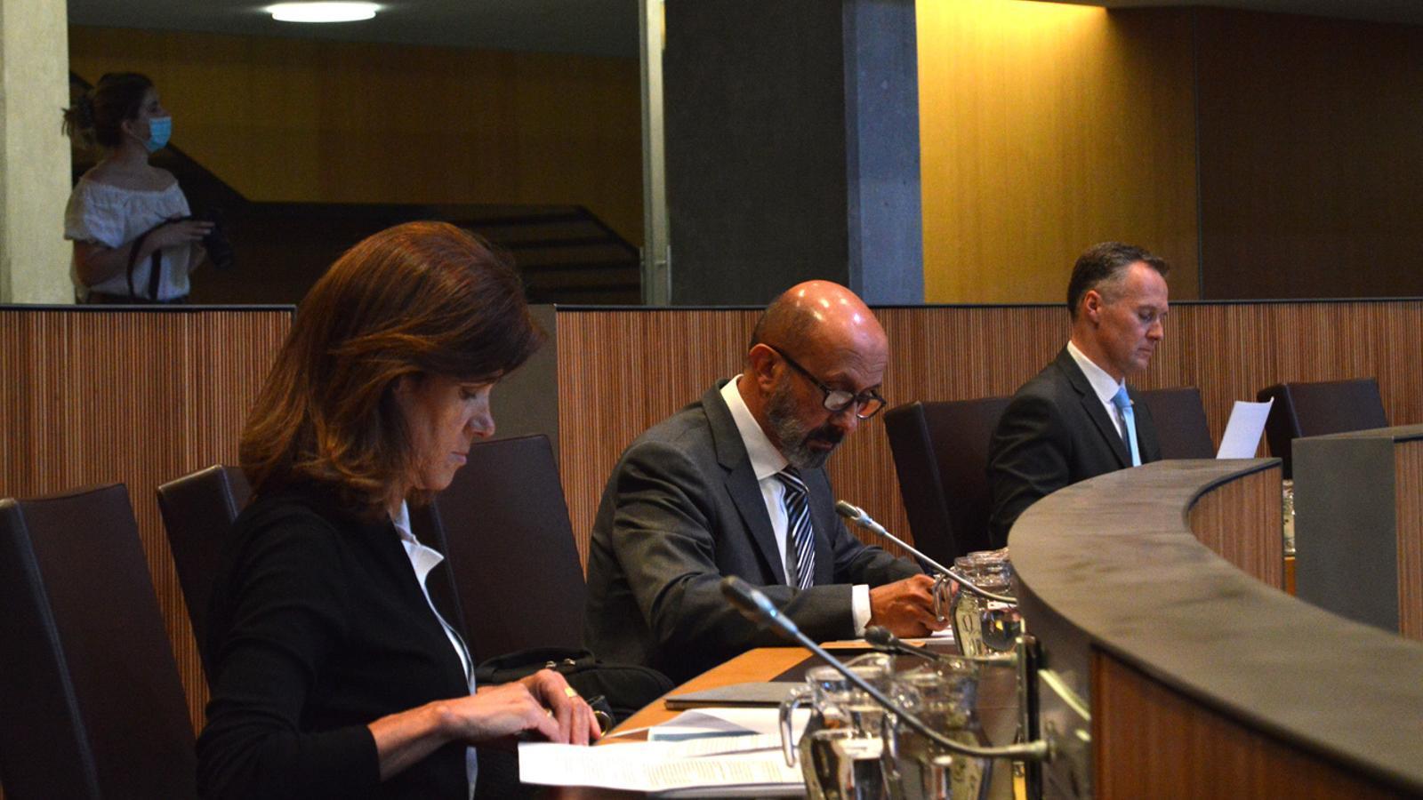 Els ministres d'Educació i Ensenyament Superior, Ester Vilarrubla, i el de Salut, Joan Martínez Benazet, durant la sessió.