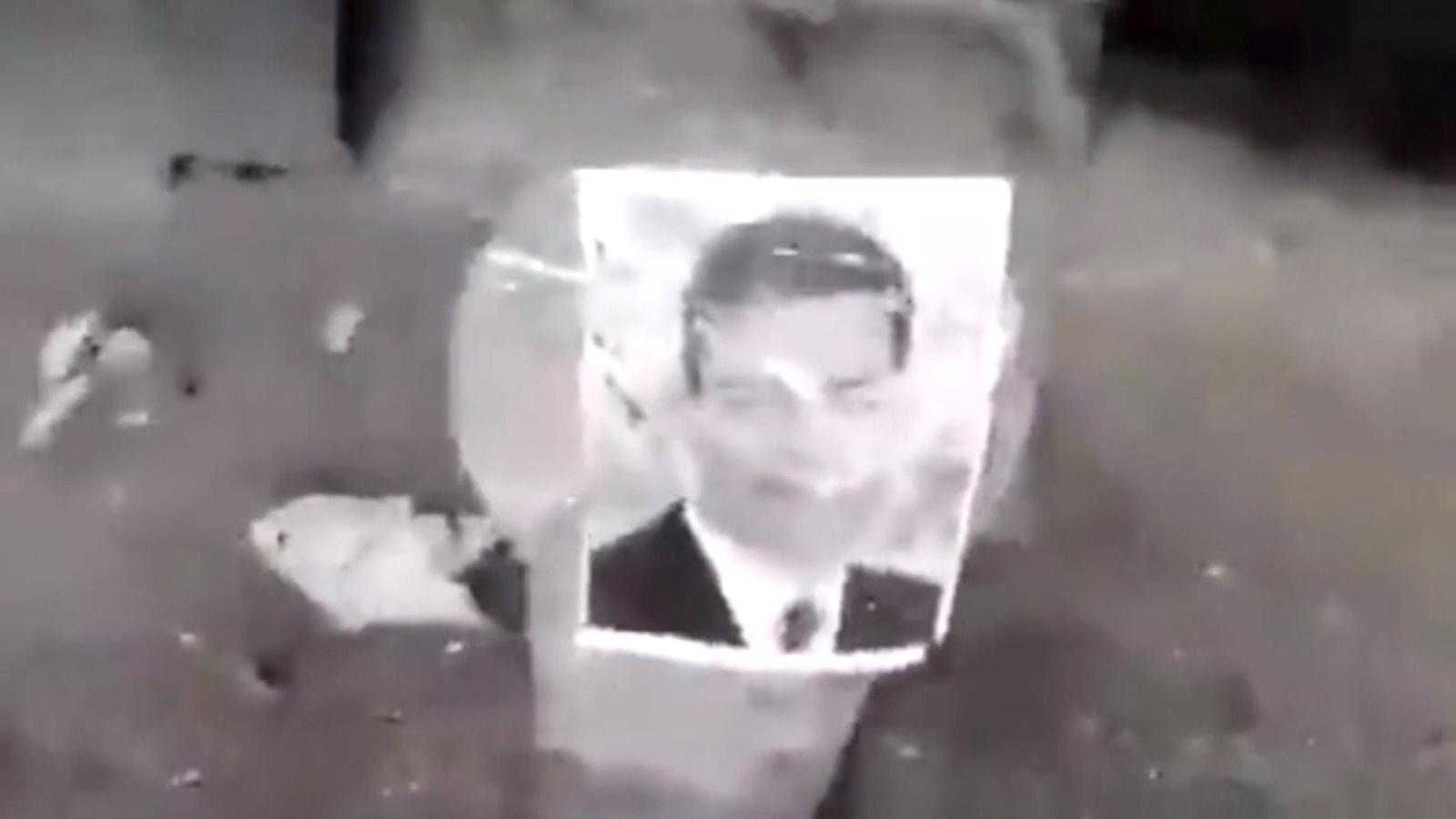 Un home dispara fotografies de Pedro Sánchez i altres polítics