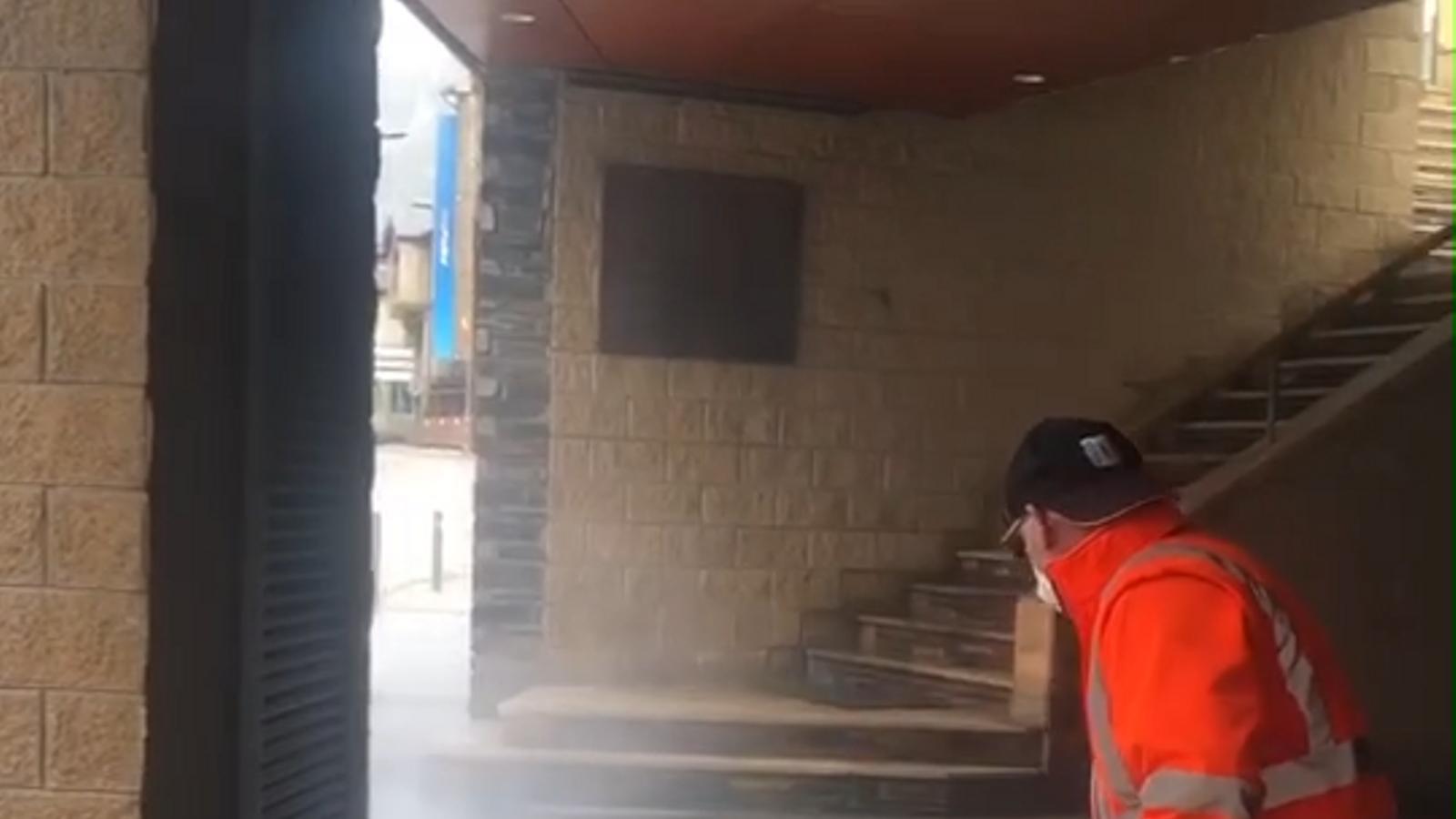 Els operaris de la Massana netejant el mobiliari de la parròquia