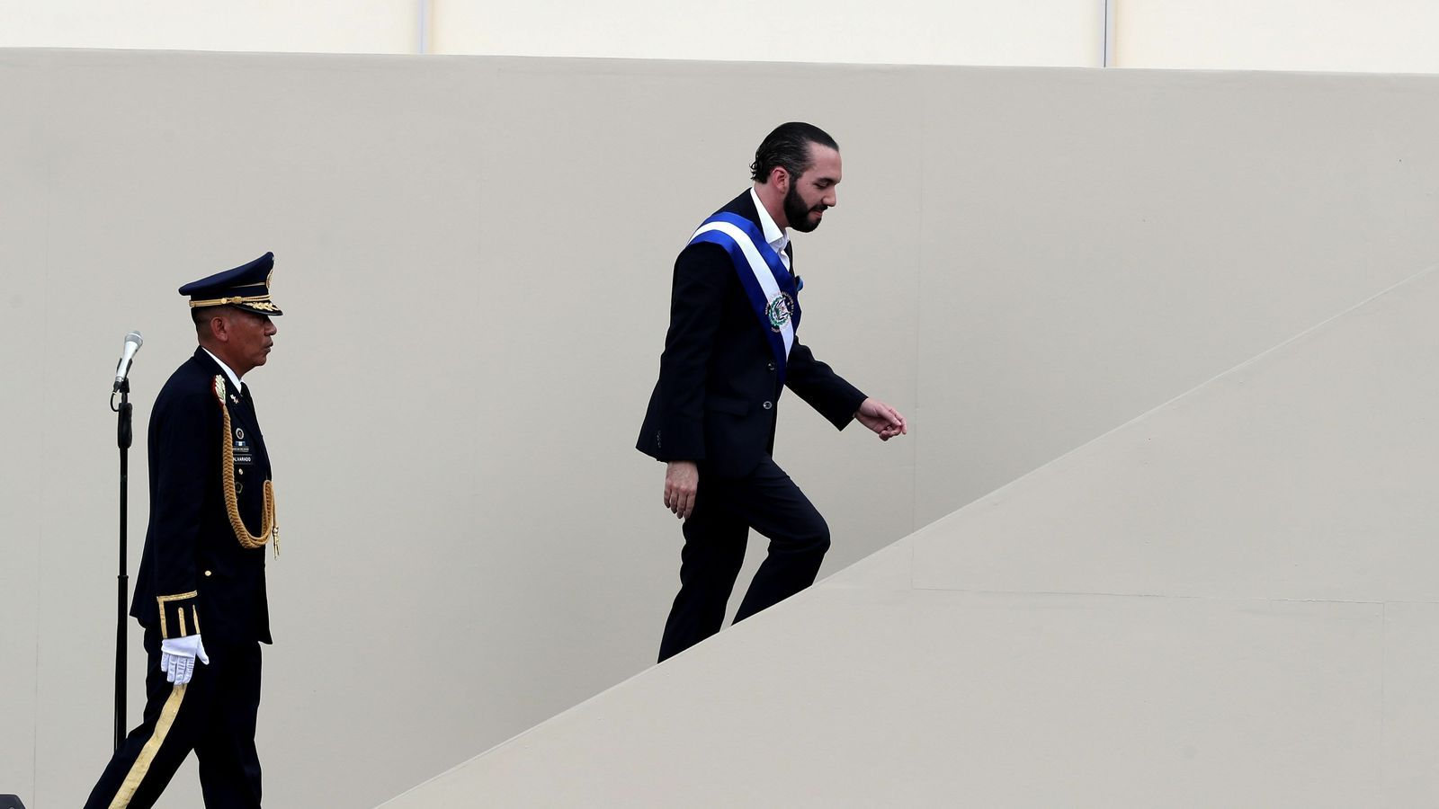 Bukele pujant les escales per fer el seu primer discurs com a president del Salvador després d'haver assumit el càrrec
