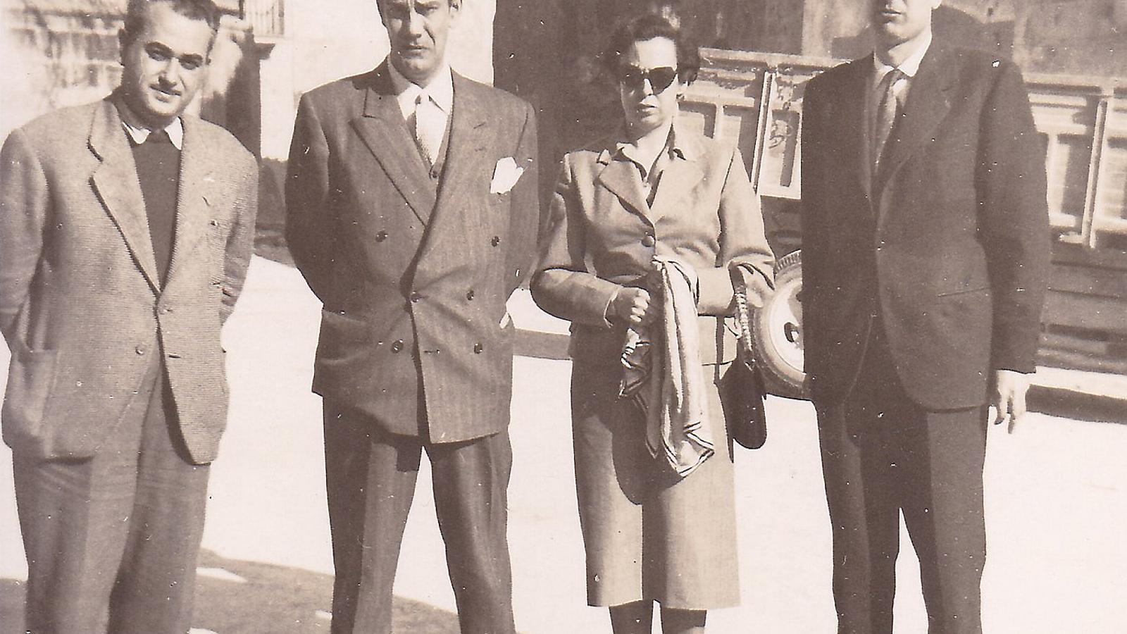 01. Bernat Vidal i Tomàs, el 1958. 02. Amb Cela, Rosario Conde i Josep M. Castellet a Santanyí (1954). 03. Amb Baltasar Porcel a Cala Figuera (1958). 04. Bernat Vidal i Catalina Munar amb els dos fills grans (1955).