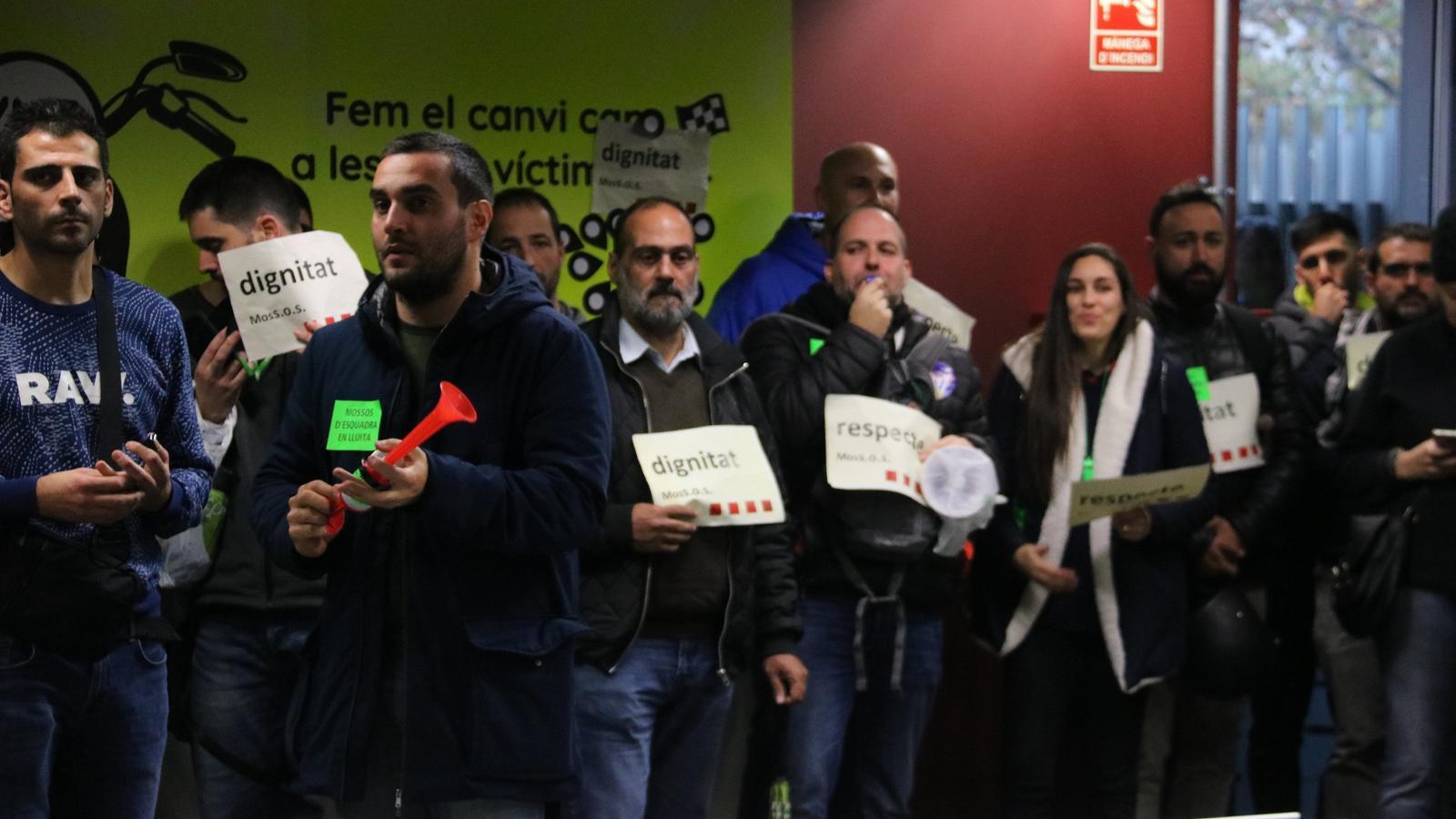 Els sindicats dels Mossos deixen la tancada a Interior després d'una proposta de retribució extra