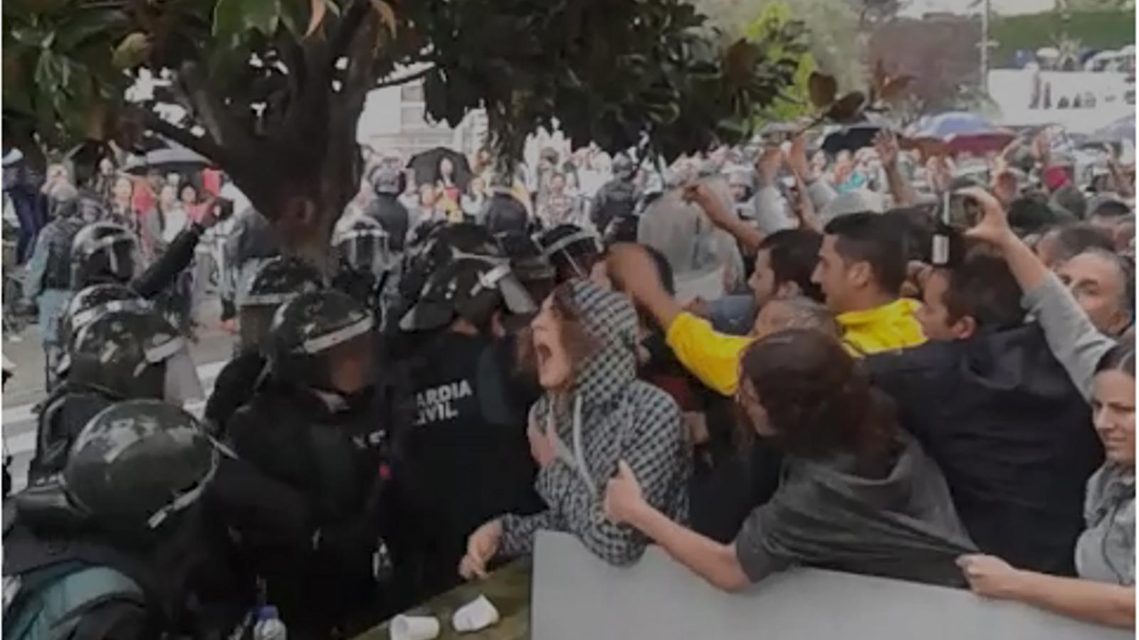 Els vídeos que desmenteixen que la Guàrdia Civil no utilitzés les defenses a Sant Cebrià