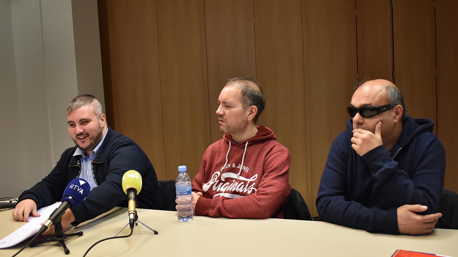 El president de l'Associació de Discapacitats Visuals i Auditius d'Andorra, Marc Latorre; el vicepresident segon, David Latorre, i el tresorer, Jordi Casellas, durant la roda de premsa de presentació de l'entitat. / M. F. (ANA)