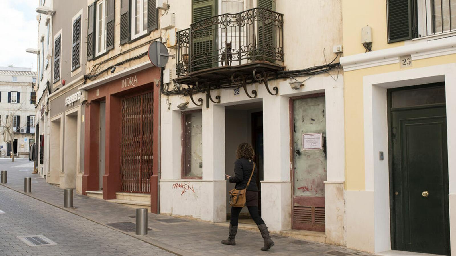 L'habitatge presenta una imatge deteriorada tot i ubicar-se a una àrea comercial cèntrica.