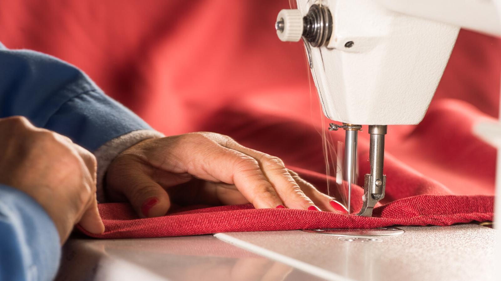 Amb el teixit es pot fer tota mena de roba de casa, com ara coixins o estovalles