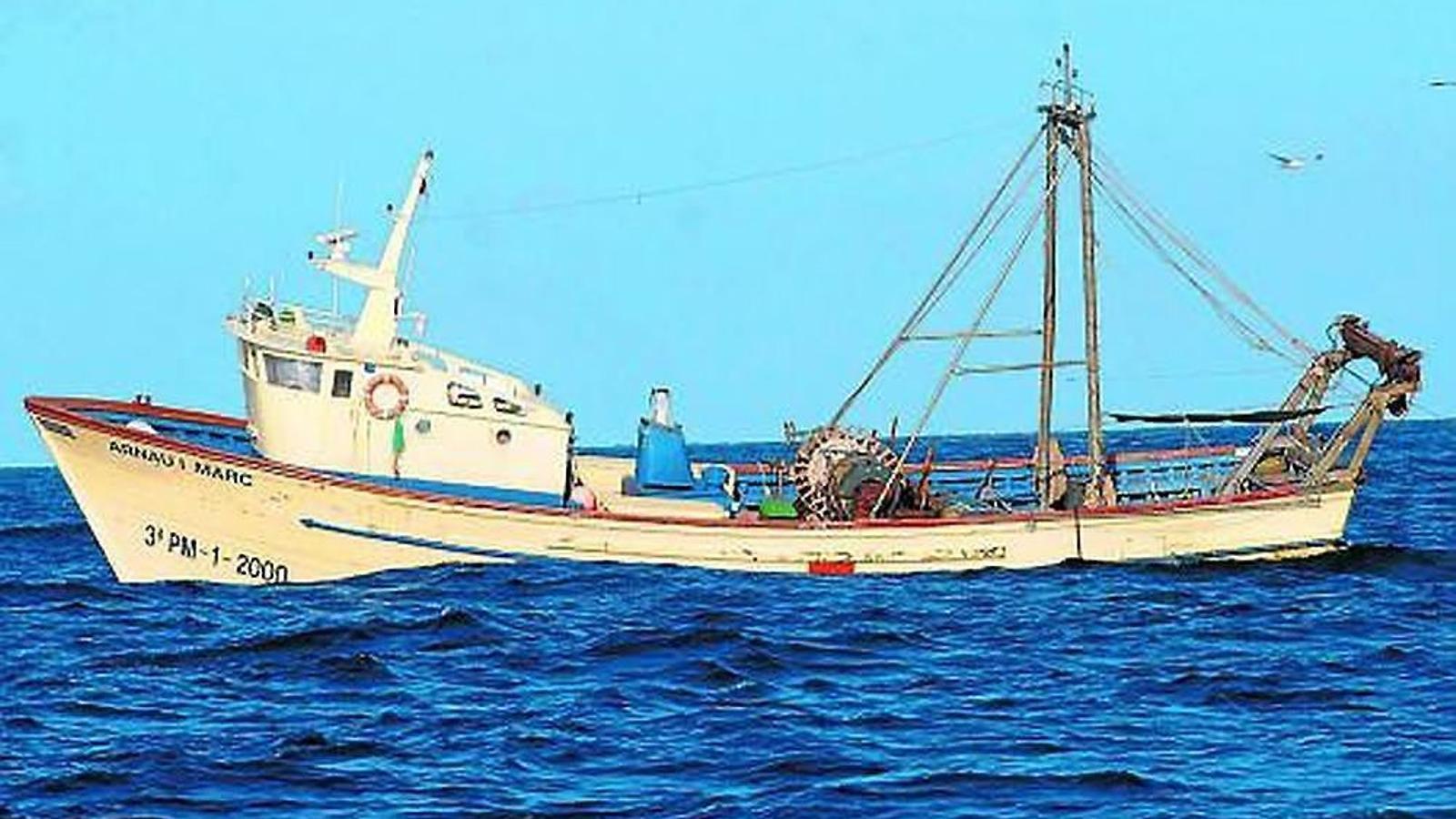 Les principals captures de peixos són la sardina, el gerret, la xucla i l'aladroc, seguits de les rajades i el lluç. El crustaci més capturat és la gamba vermella. A la imatge, pescadors amb una llagosta.
