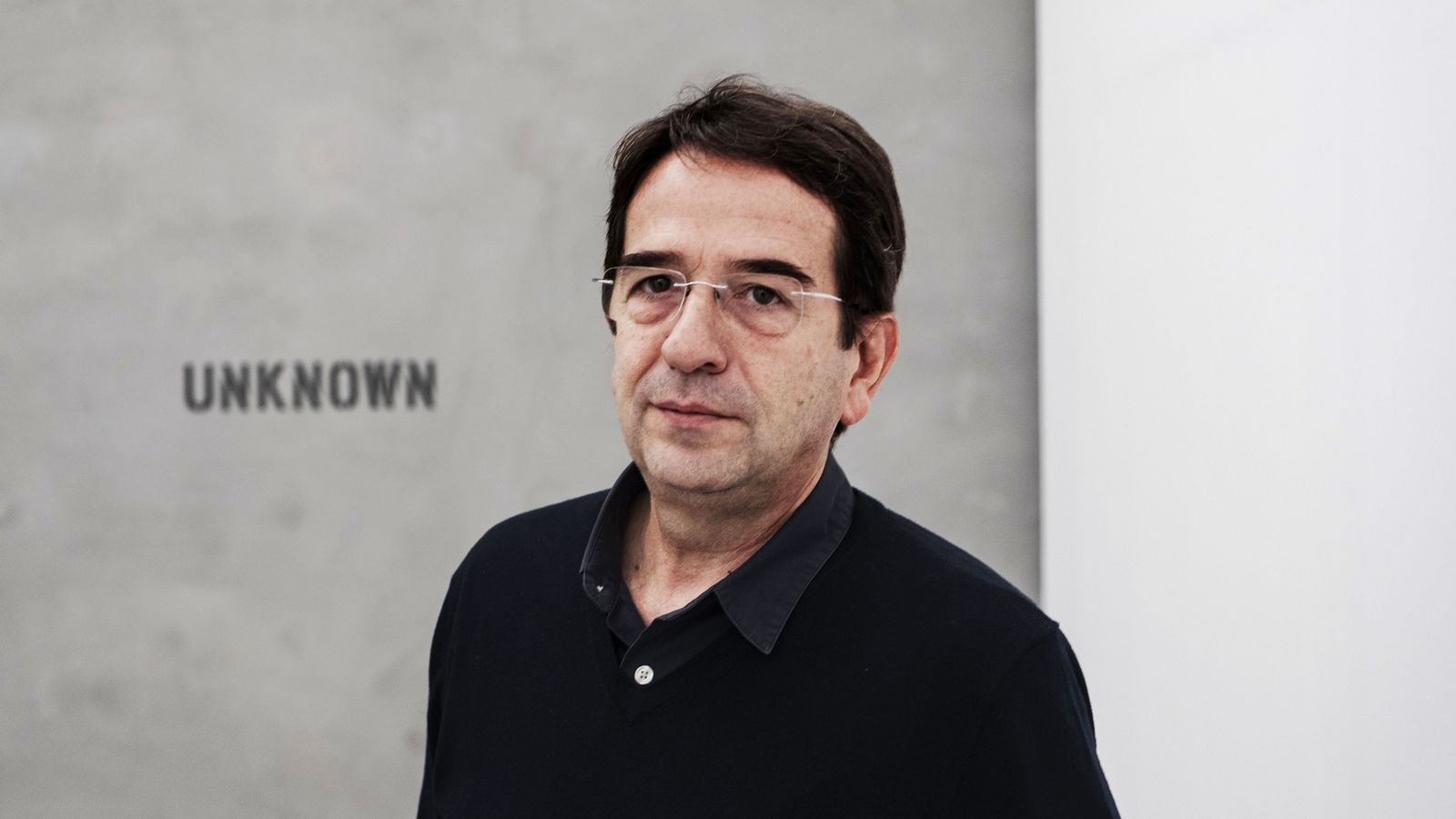 Ignasi Aballí a la seva instal·lació a la Blueproject Foundation, titulada 'sense imatge'