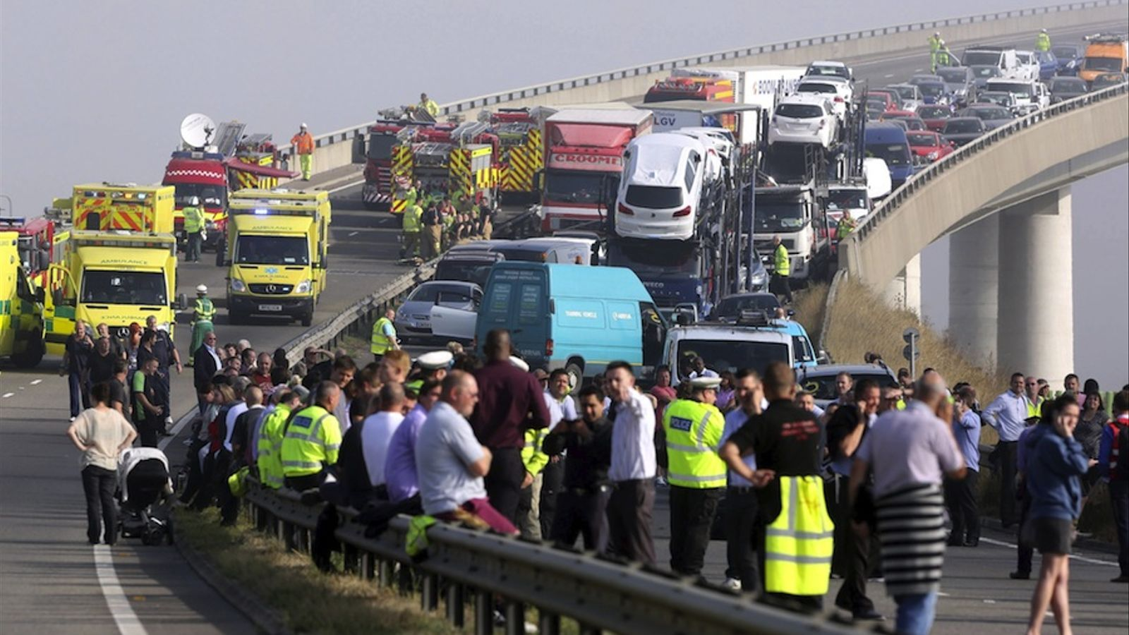 Desenes de ferits per un xoc de 130 vehicles en una autopista anglesa