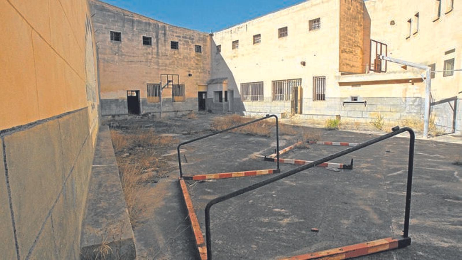 Intoxicats lleus dos homes en un incendi a l'antiga presó de Palma
