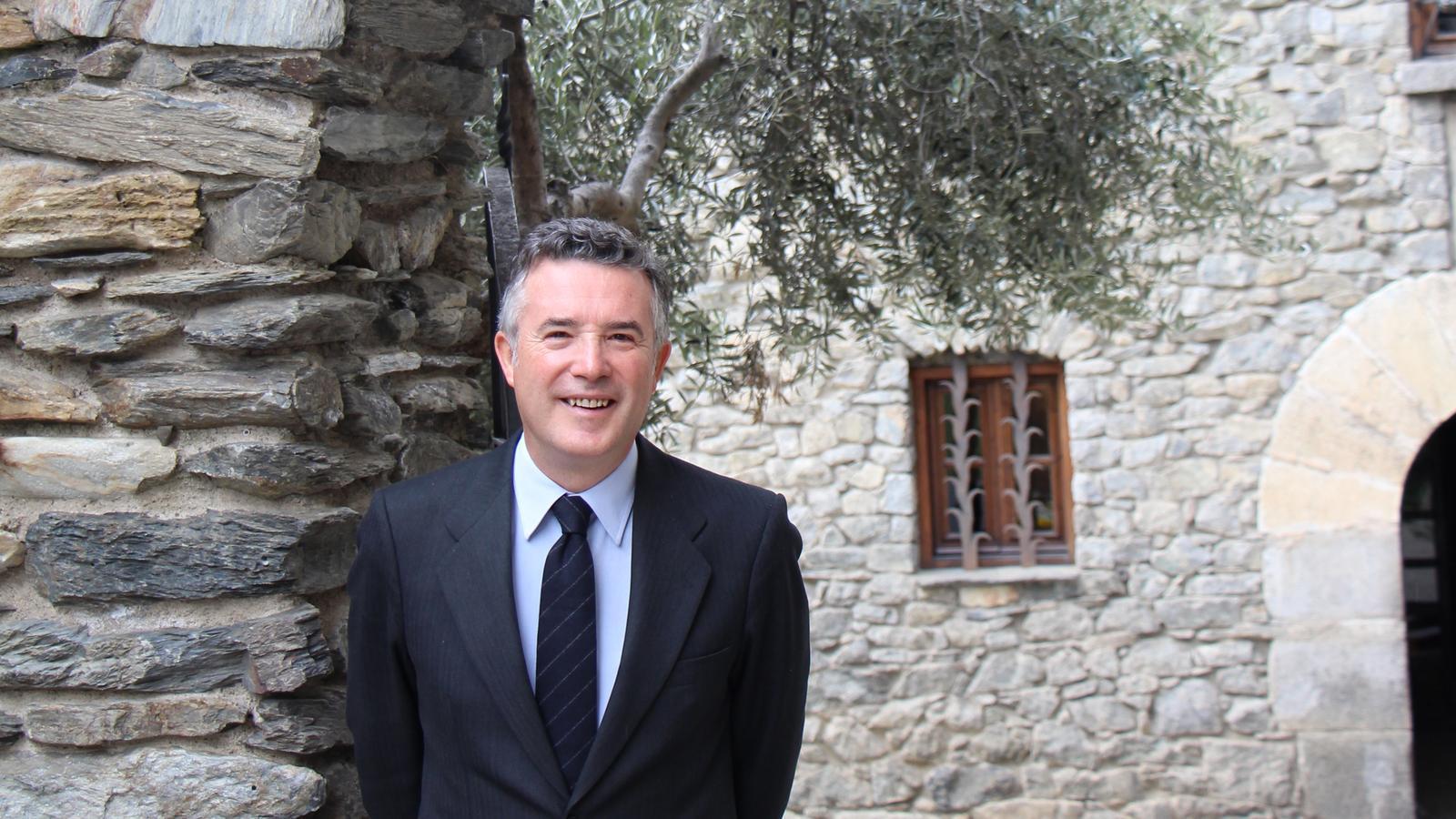 El síndic general, Vicenç Mateu, davant de Casa de la Vall