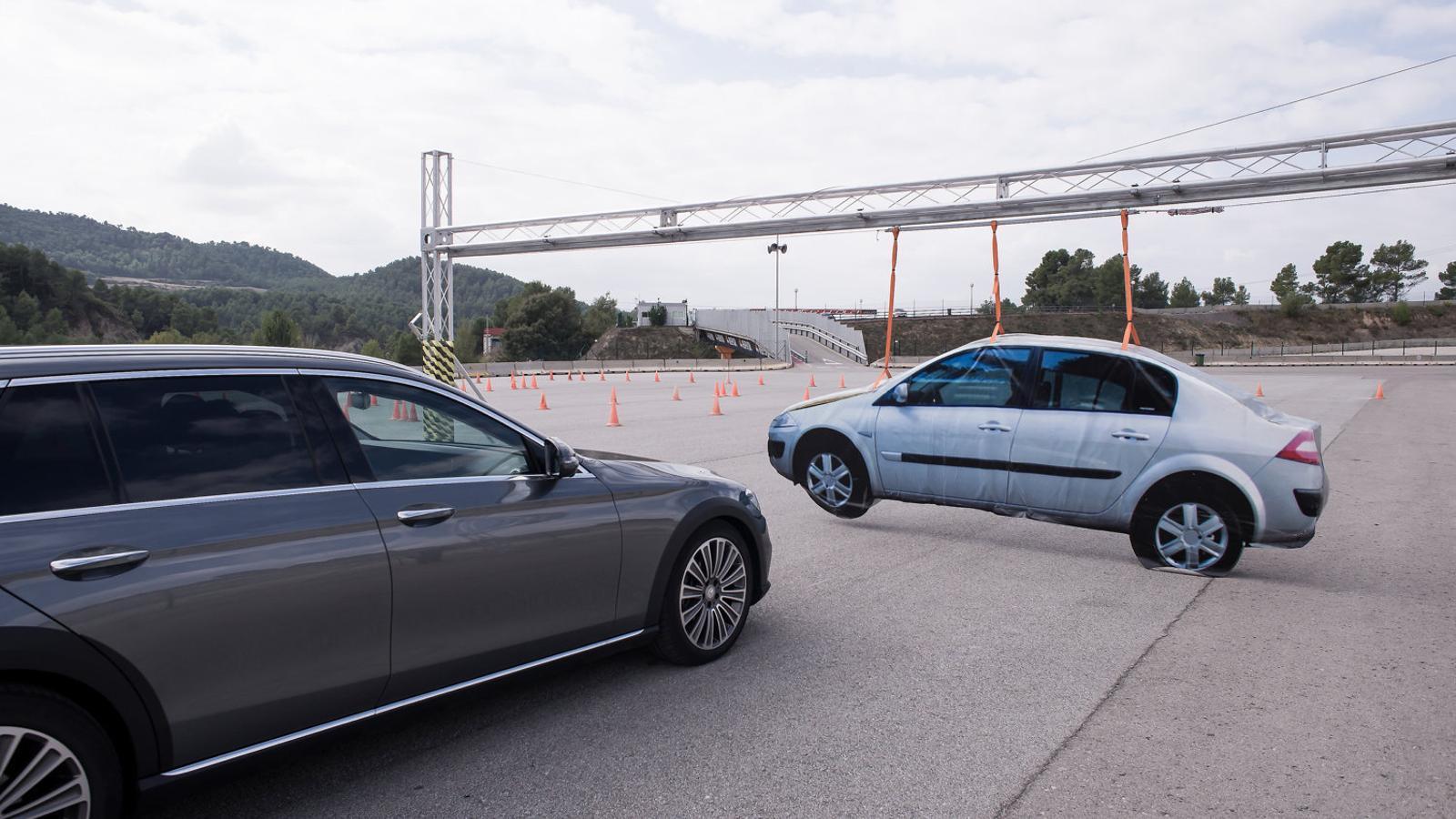 Mercedes prova un pilot automàtic que localitzar un espai per aparcar el cotxe.