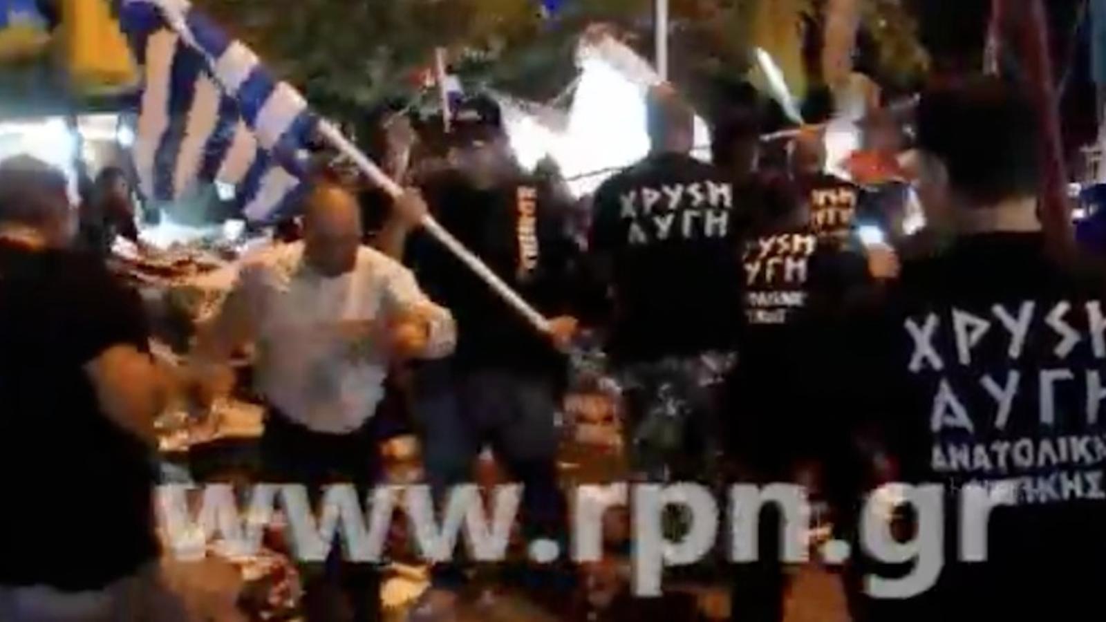 Membres d'Alba Daurada, l'extrema dreta grega, destrueixen parades d'immigrants
