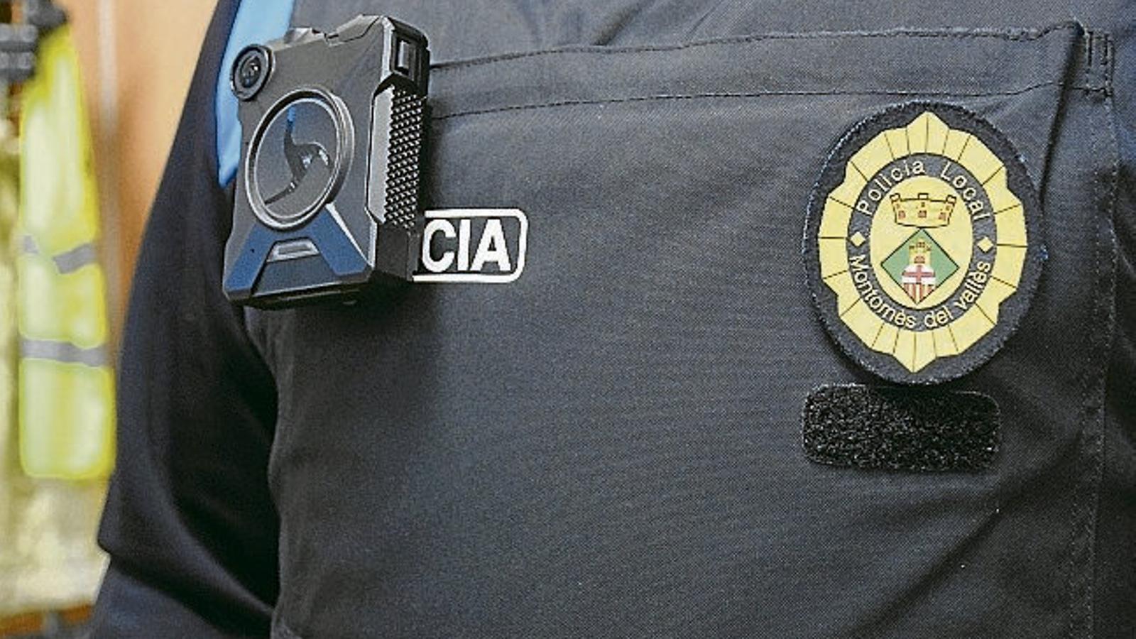 Detall de la càmera que els policies locals porten incorporada als uniformes.