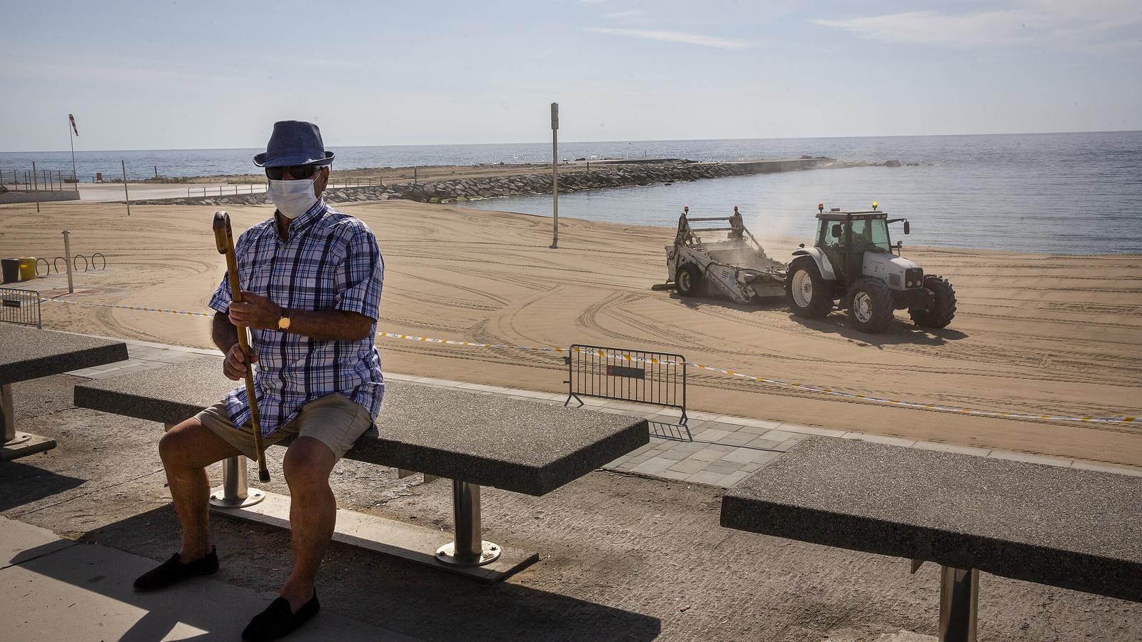 Barcelona rectifica i només deixarà passejar però no prendre el sol a la platja