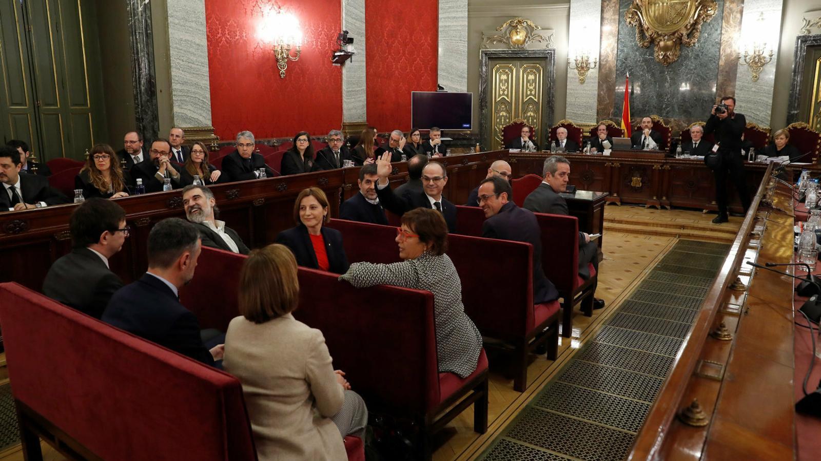 Els presos polítics durant  la primera sessió del judici al Procés. / J.J.GUILLÉN / EFE