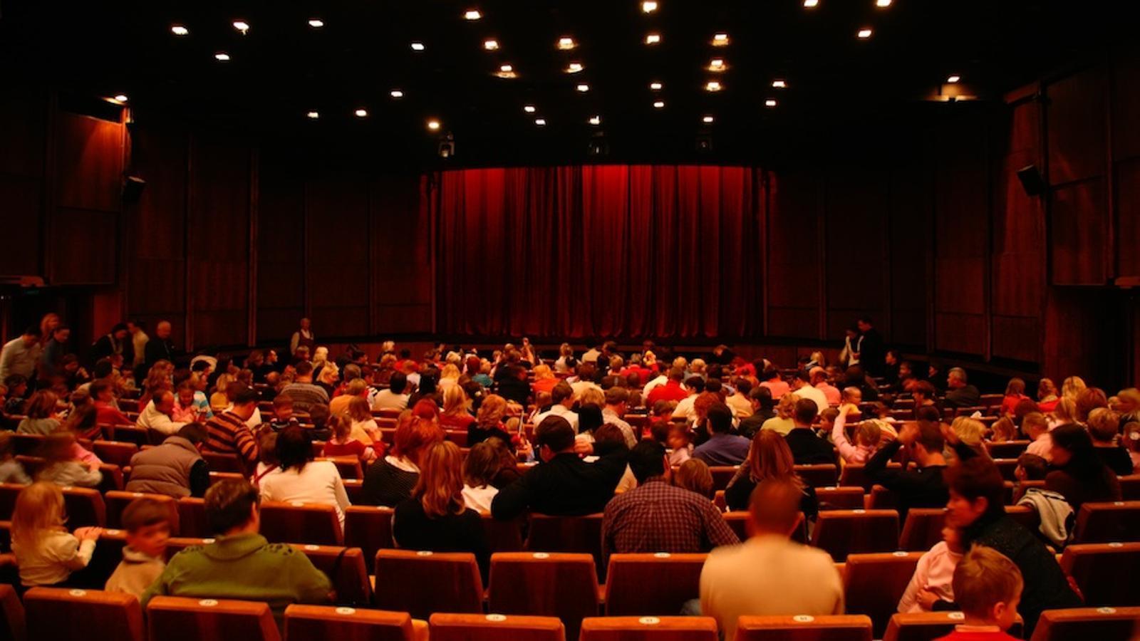 Sala de cinema, amb espectadors a punt de veure la pel·lícula / THINKSTOCK