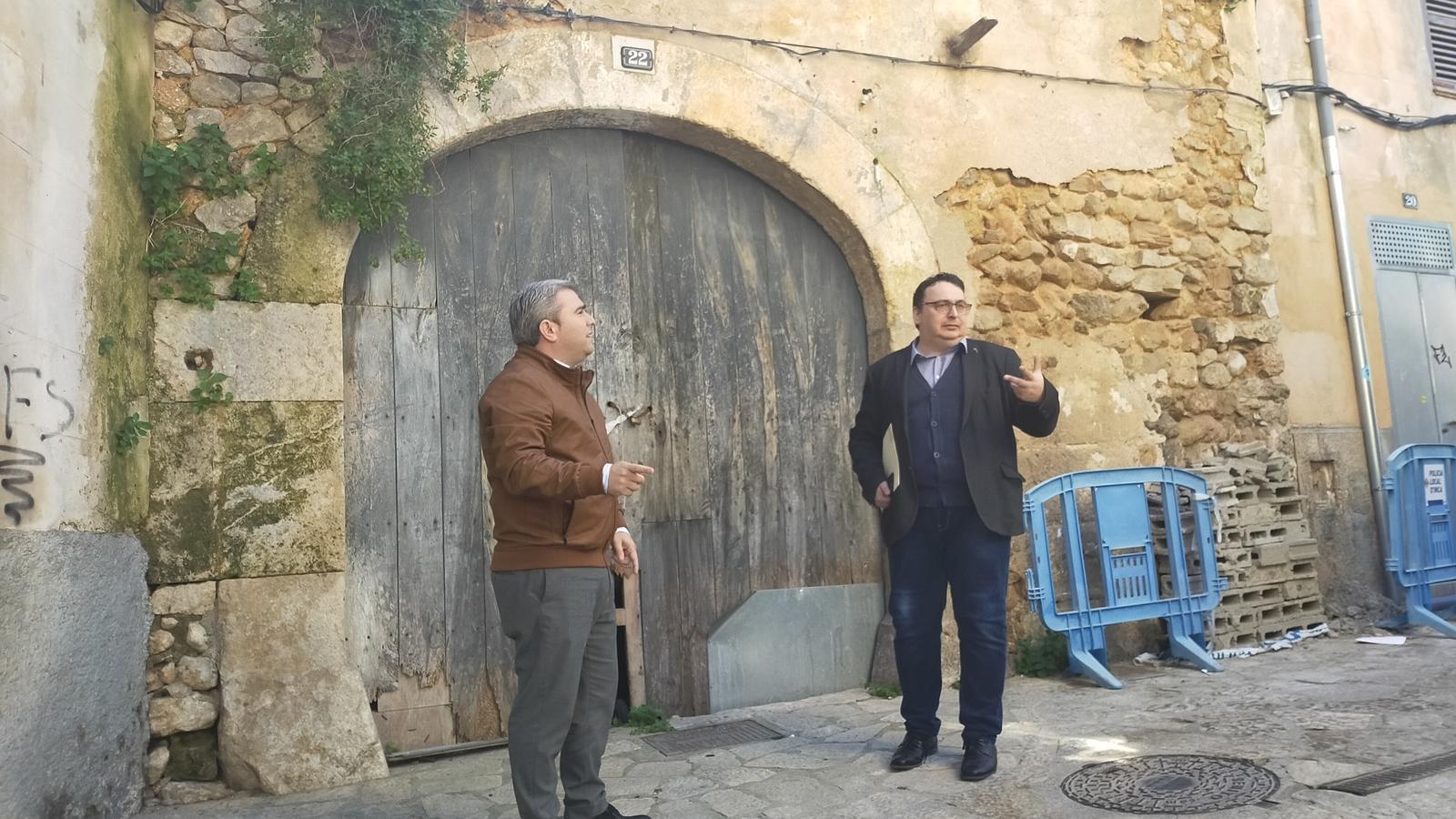 Virgilio Moreno i Andreu Caballero, davant la portassa que permetrà connectar dos carrers del centre.