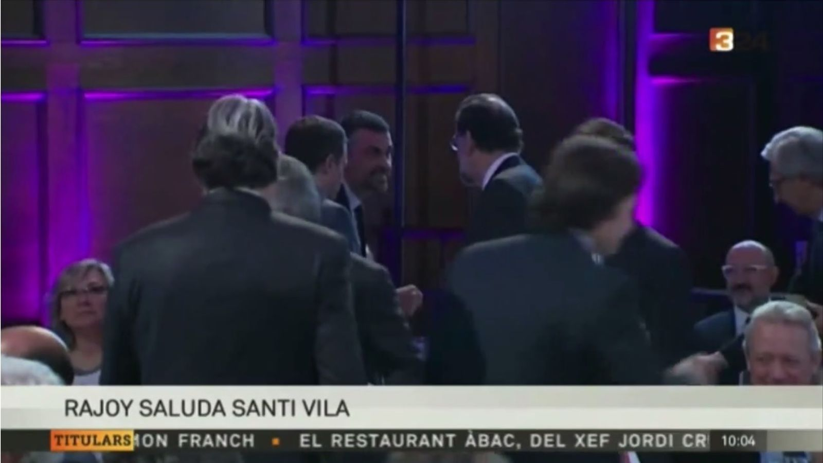 La captura d'imatge del 324.cat en què Santi Vila saluda Mariano Rajoy