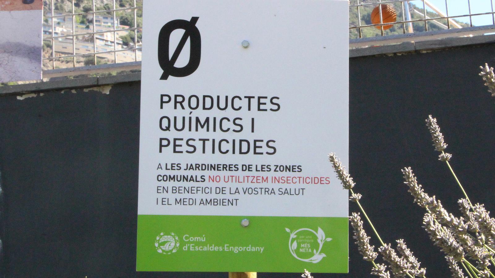 Un dels cartells instal·lats al Prat del Roure que explica la campanya. / N. T.