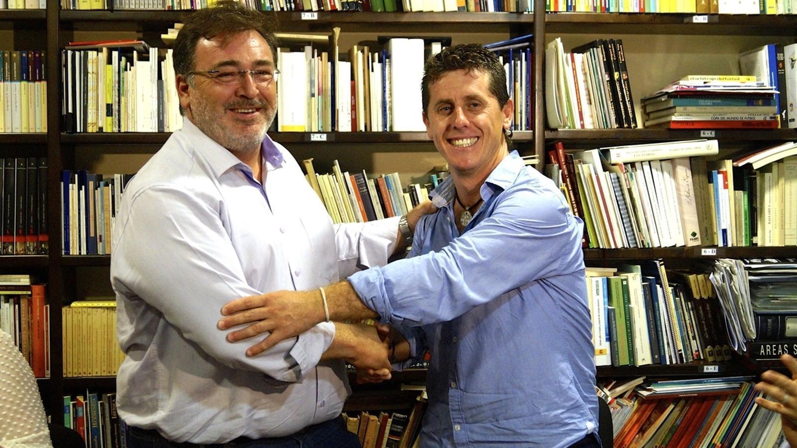 El batle Tolo Moyà (El Pi) i Chema Muñoz (PSOE) després de formalitzar el pacte de govern a Lloseta. / M.B.