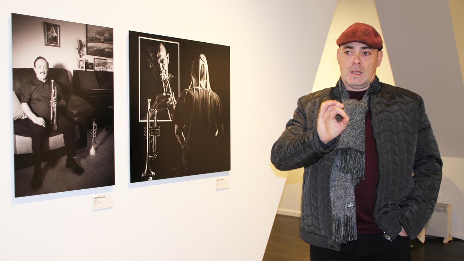 L'impulsor i coordinador del projecte 'retratsmúsicsandorra', Pep Aguareles, comenta les fotografies de Jordi Roure i Manel Martí. / E. J. M. (ANA)