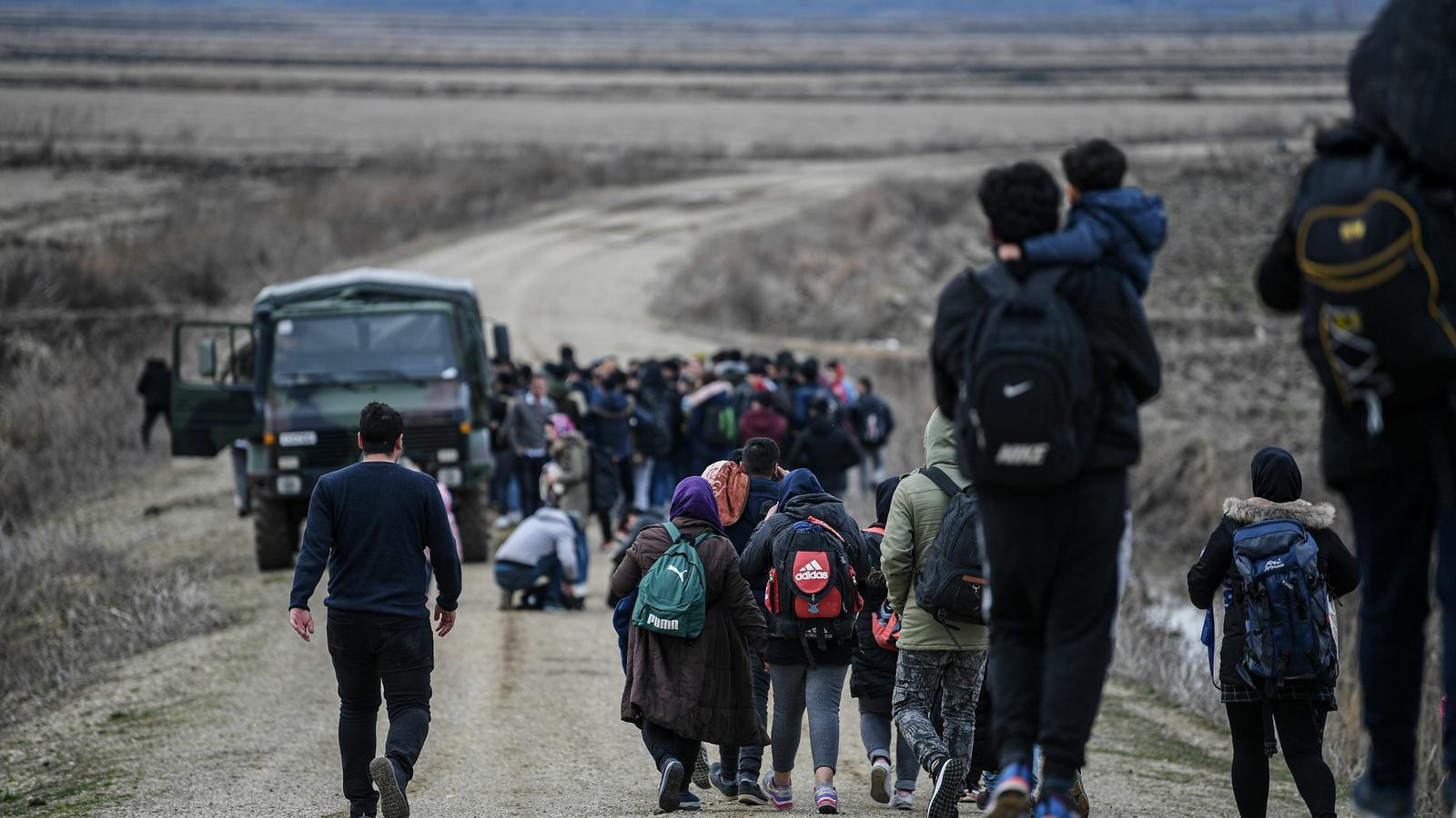 Turquia obre la frontera per pressionar la UE i Grècia atura el flux amb gasos lacrimògens