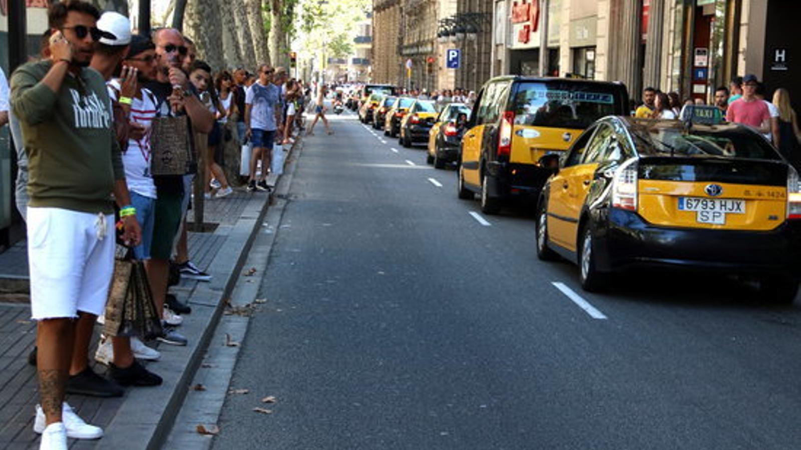 Taxis baixant per la Rambla en marxa lenta, en solidaritat amb les víctimes dels atemptats