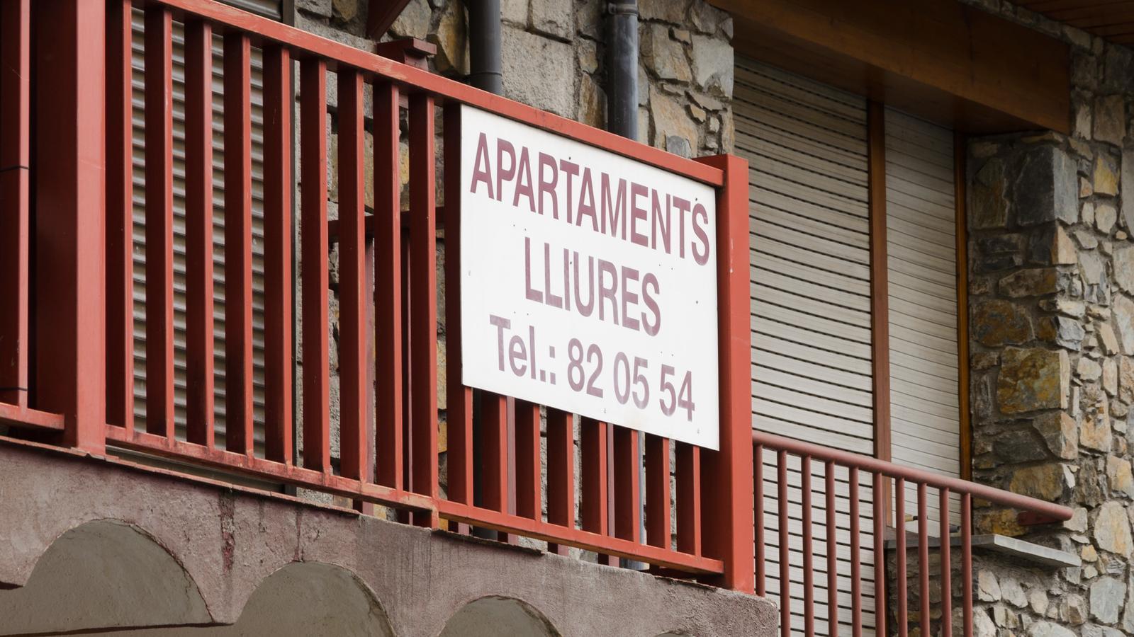 Un cartell anunciant el lloguer d'apartaments. / D. R.