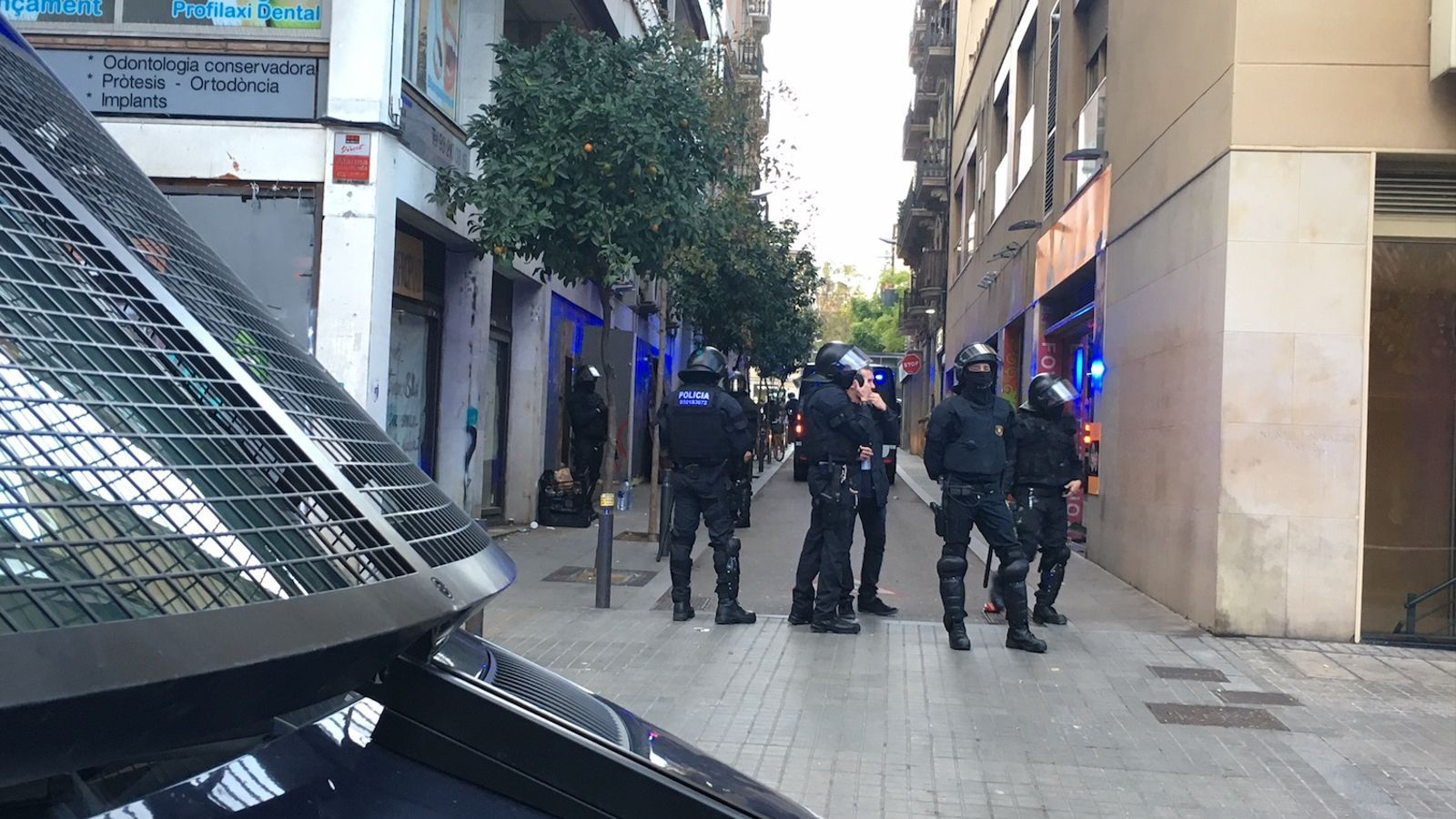 Agents antiavalots dels Mossos a punt per desallotjar el Banc Expropiat de Gràcia / ENRIC BORRÀS