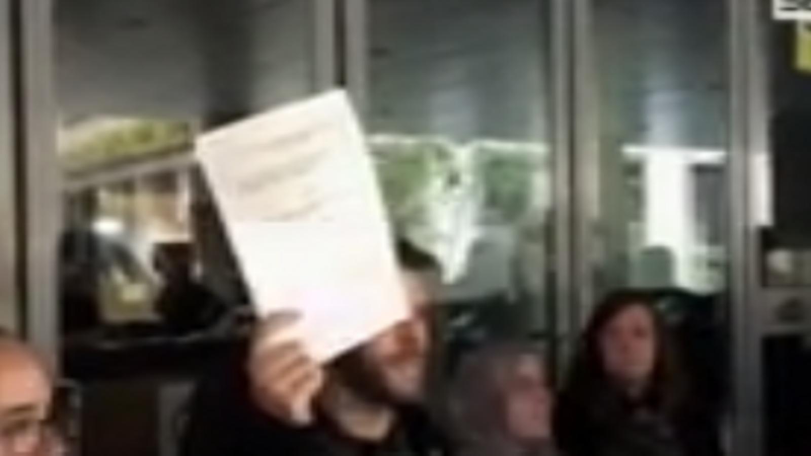 El moment en què els regidors de l'Ajuntament de Badalona estripen la interlocutòria del jutge