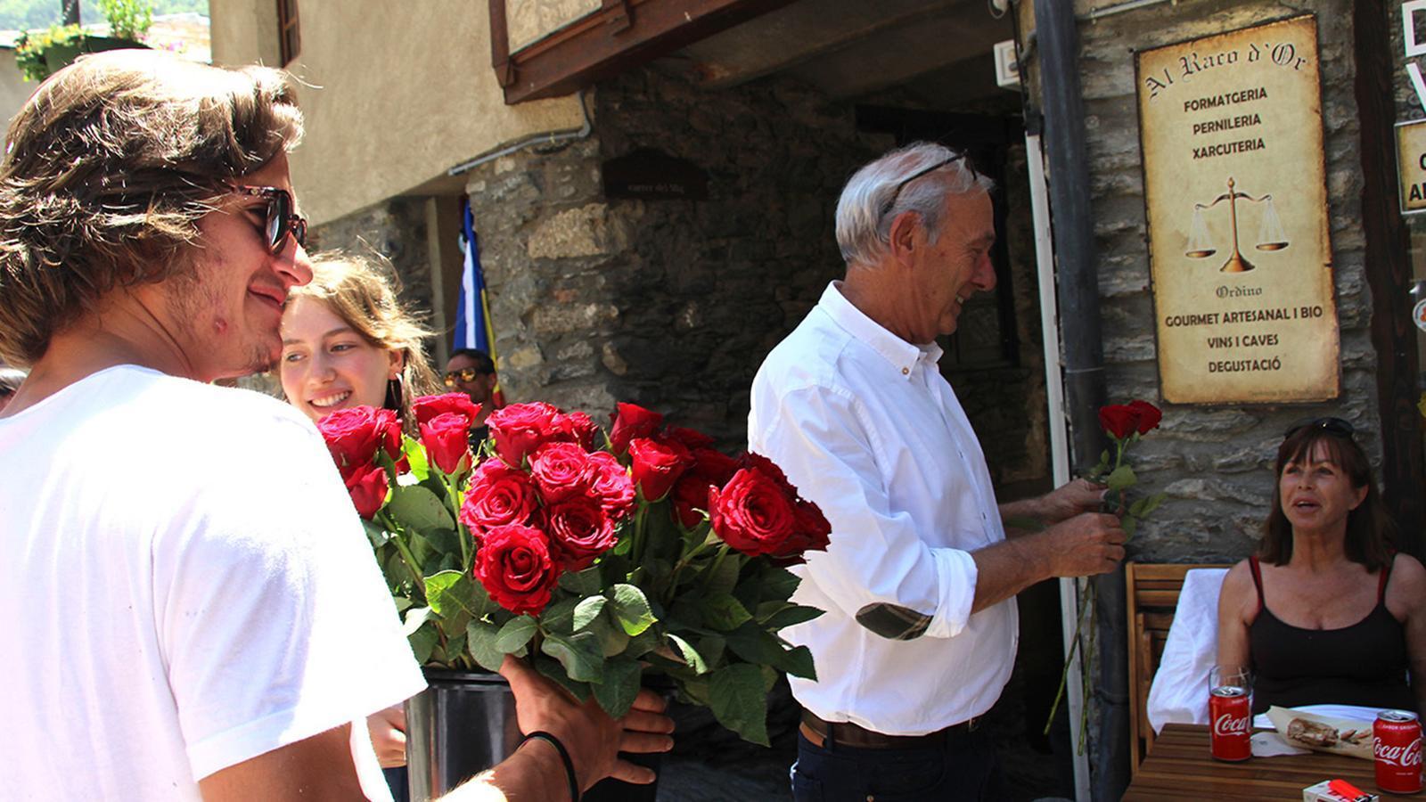 La tradicional plega de roses pels carrers d'Ordino d'un Roser d'anys anteriors. / ARXIU ANA