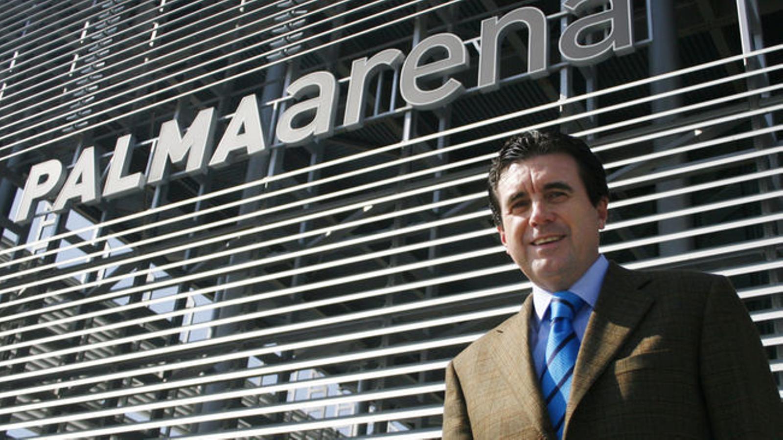 L'expresident Jaume Matas, ara a presó, davant el polèmic edifici.