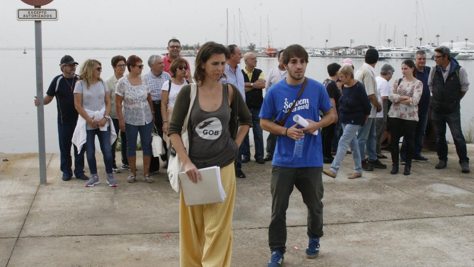 Margalida Ramis i Pep Alonso durant la roda informativa sobre l'impacte d'ampliació de dàrsena al Port d'Alcúdia.