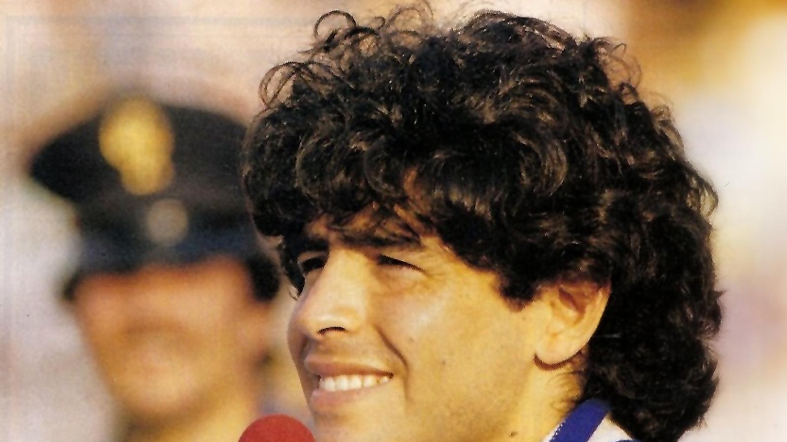 Diego Armando Maradona el dia que va ser presentat com a nou jugador del Nàpols, el juliol del 1984.