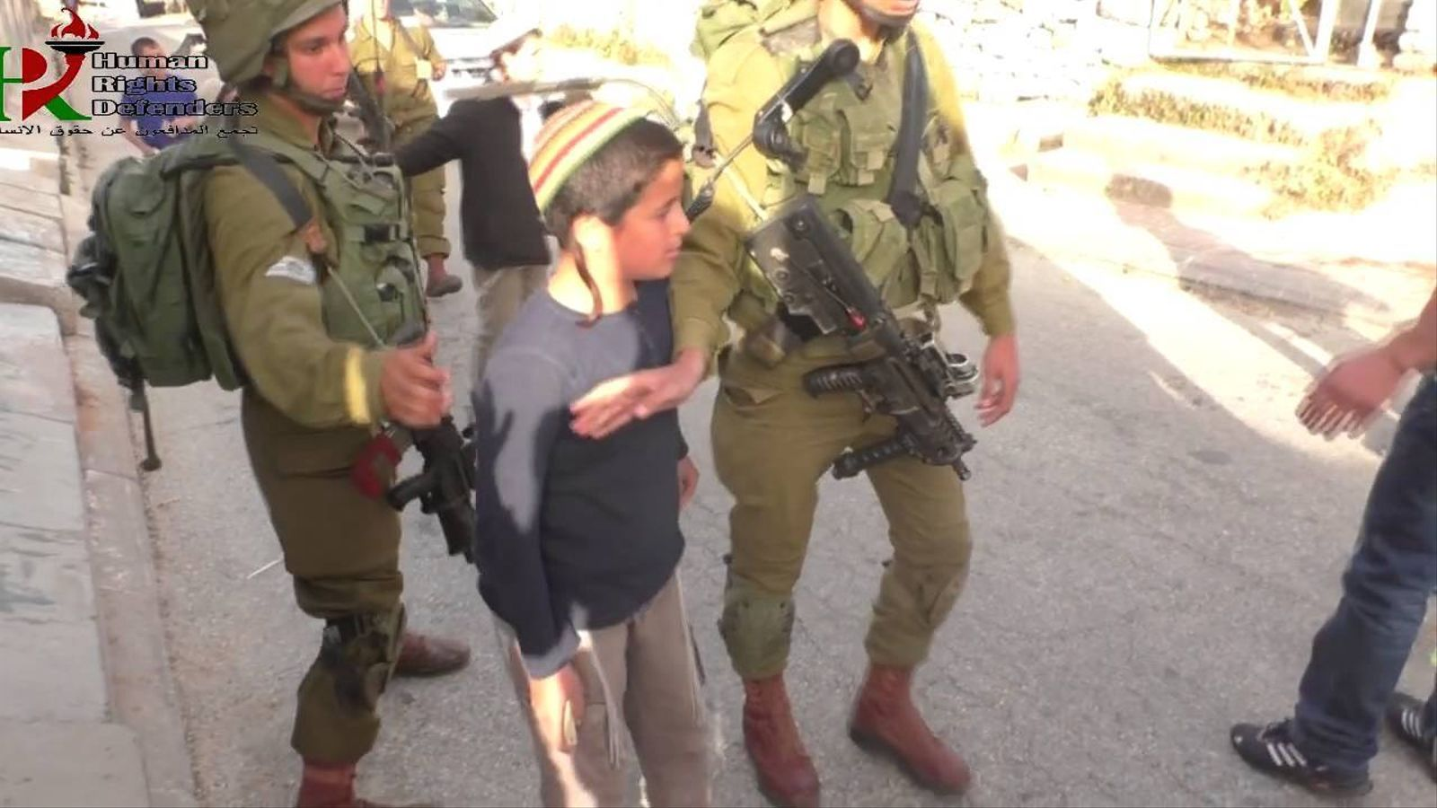Un grup de colons menors d'edat amenaça amb llençar pedres als palestins a Tel Rumeida, Hebron