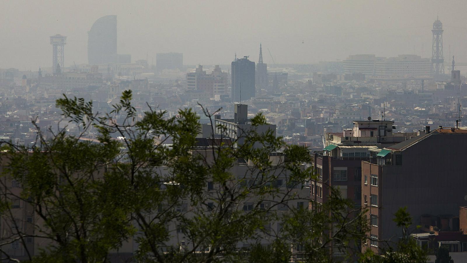 Vista de la ciutat de Barcelona durant l'episodi de contaminació per partícules declarat a l'estiu.