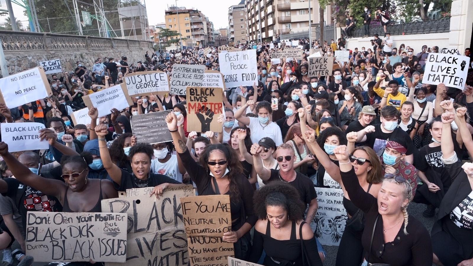 Centenars de persones es concentren al consolat dels EUA a Barcelona en memòria de George Floyd