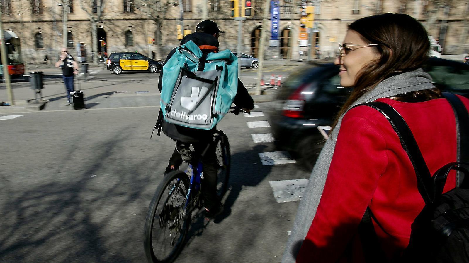 La justícia dona la raó a més de 500 'riders' i els considera falsos autònoms