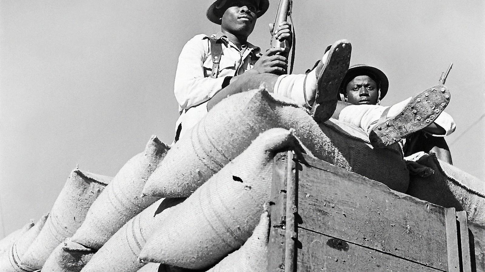 Soldats africans vigilant un carregament el 1945 al port de Casablanca.