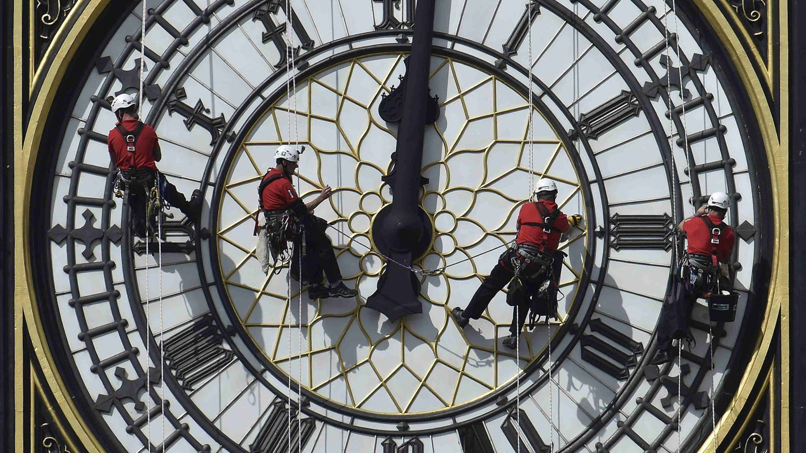 Quatre operaris netegen el Big Ben de Londres, al Regne Unit, país on l'any 1905 el constructor anglès William Willet va idear l'horari d'estiu.