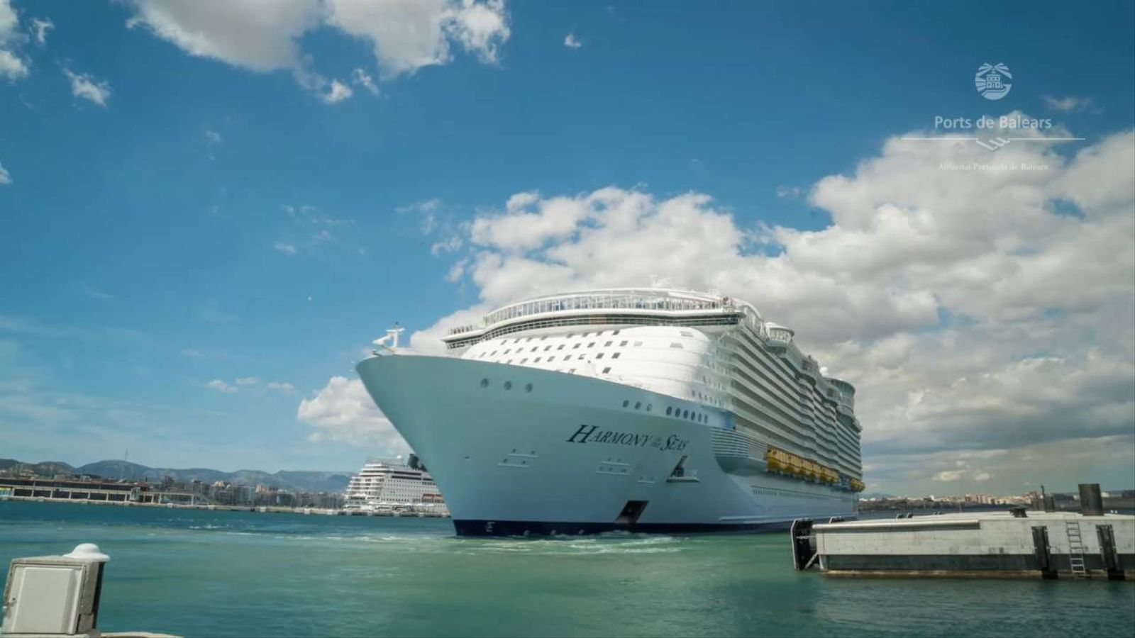 Així surt del port de Palma el vaixell més gran del món