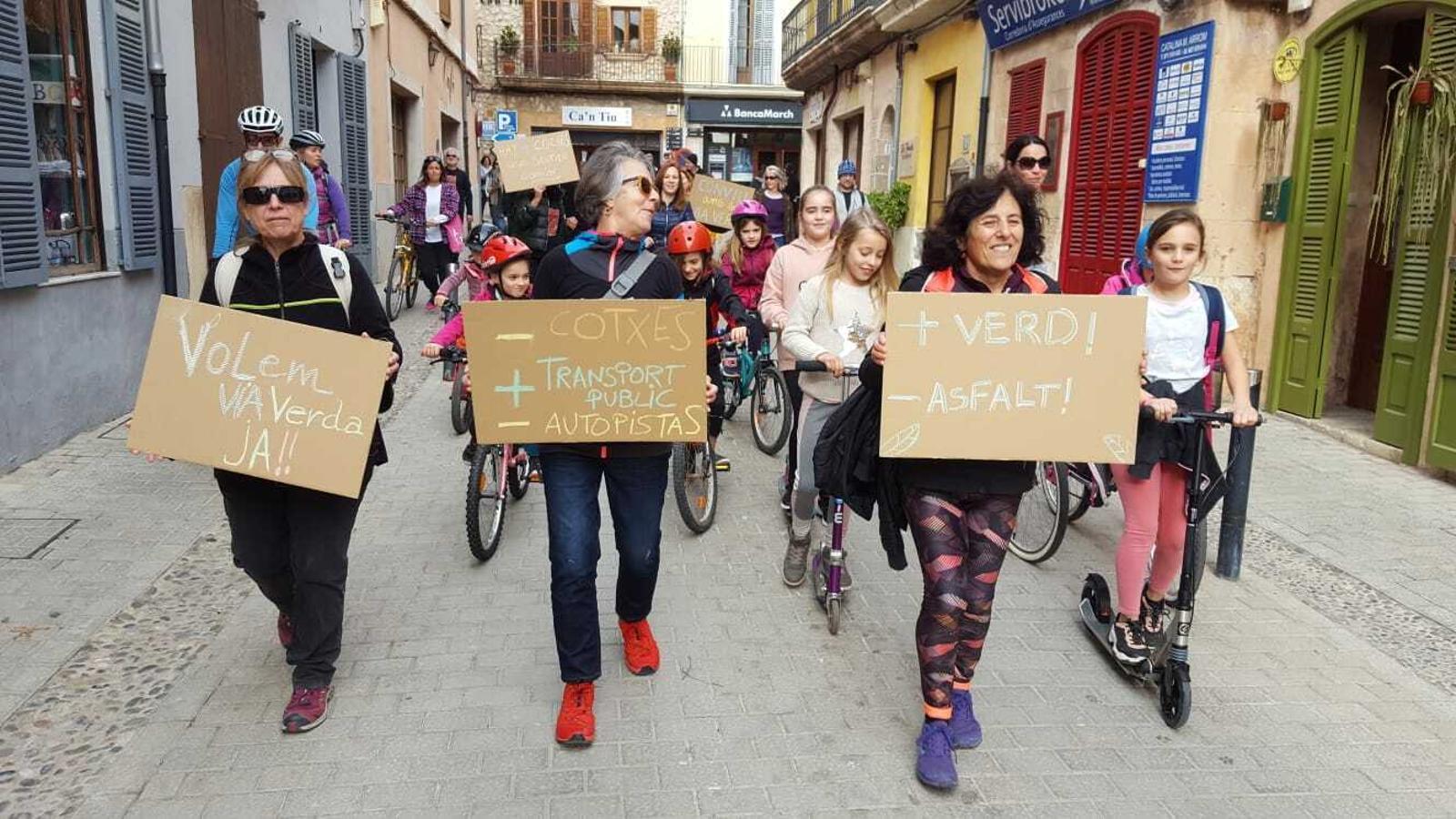 Imatge de la marxa per la via verda d'Alaró